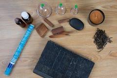 Akupunktur igły, moxa wtykają, filiżanka, olej, TCM tradycyjni chińskie medycyny pojęcia fotografia Obraz Royalty Free