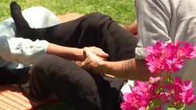 Akupunktura masażu pojęcie Kobieta otrzymywa tajlandzkiego masaż Fachowy acupressure masaż plenerowy Tradycyjny wschodni zbiory