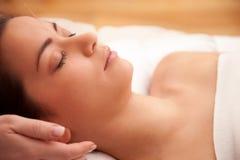 Akupunkturbehandlung im Kopf Stockbilder