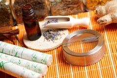 Akupunkturnadeln, moxa Steuerknüppel und Lavendel Lizenzfreies Stockfoto