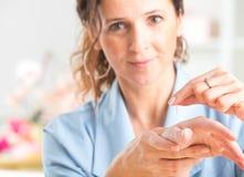Akupunkturtherapeut, der Akupunkturnadel anwendet stockbild