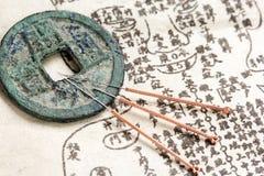 Akupunkturvisare och gammal medicinbok Royaltyfri Bild