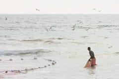 Akuralastrand, Sri Lanka - DECEMBER 2015 - een Inheemse visser aangaande Royalty-vrije Stock Foto
