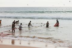 Akuralastrand, Sri Lanka - DECEMBER 2015 - Inheemse vissersspoel Stock Afbeeldingen