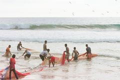 Akuralastrand, Sri Lanka - DECEMBER 2015 - Inheemse vissersspoel Royalty-vrije Stock Foto