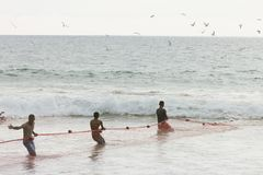 Akuralastrand, Sri Lanka - DECEMBER 2015 - Inheemse vissersspoel Stock Fotografie