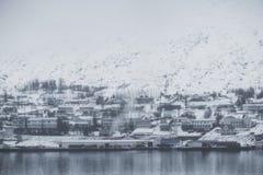 Akureyri stad, Island i vintermorgon med den dimmiga miljön royaltyfri bild