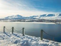 Akureyri-Stadt des schneebedeckten Bergs während des Winters Stockfoto