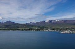 Akureyri viu da costa oriental de Eyjafjordur em Islândia Fotografia de Stock Royalty Free