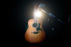 Akustikgitarre über schwarzem Hintergrund Stockfoto