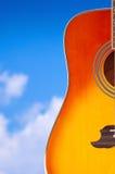 Akustikgitarre auf dem Hintergrund des Himmels Stockfotografie