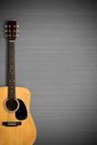 Akustikgitarre auf grauer Wand Stockfoto