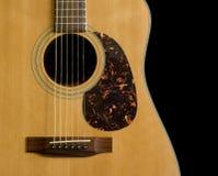 Akustikgitarre auf schwarzem Hintergrund Stockfoto