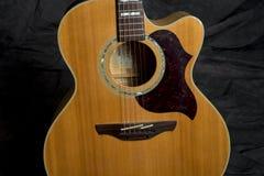 Akustikgitarre auf Standplatz Lizenzfreie Stockfotografie