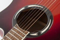 Akustikgitarre auf weißem Hintergrund Stockfotografie