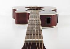 Akustikgitarre auf weißem Hintergrund Lizenzfreie Stockfotos