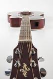Akustikgitarre auf weißem Hintergrund Stockfoto