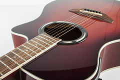 Akustikgitarre auf weißem Hintergrund Stockfotos