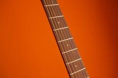 Akustikgitarre der Sechsschnur auf einem roten Hintergrund Stockbild
