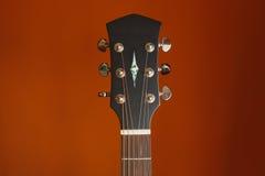 Akustikgitarre der Sechsschnur auf einem roten Hintergrund Stockfoto