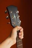 Akustikgitarre der Sechsschnur auf einem roten Hintergrund Stockfotos