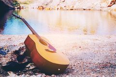 Akustikgitarre, die in im Freien steht Stockbilder