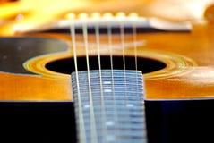 Akustikgitarre, die im Garten stillsteht stockfoto