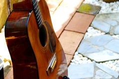 Akustikgitarre, die im Garten stillsteht lizenzfreie stockbilder