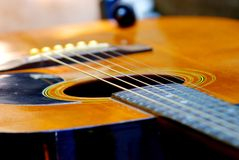Akustikgitarre, die im Garten stillsteht lizenzfreies stockfoto