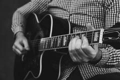 Akustikgitarre, die nah abstimmt und oben spielt Lizenzfreies Stockfoto