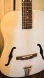 Akustikgitarre im Raum Lizenzfreies Stockbild