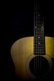 Akustikgitarre lokalisiert auf schwarzem Hintergrund Lizenzfreies Stockfoto