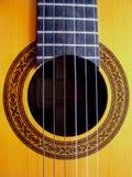 Akustikgitarre mit aufwändigem dekorativem Schallloch stockbilder