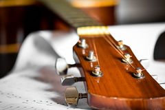 Akustikgitarre mit Liedanmerkung Stockfotos