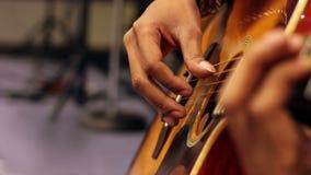 Akustikgitarre-Nahaufnahme mit flacher Schärfentiefe stock video footage