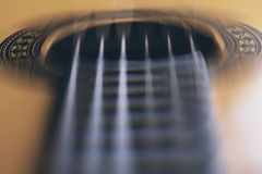 Akustikgitarre reiht Bewegungsunschärfe-Musik-Schwarz-Hintergrund auf Stockfoto
