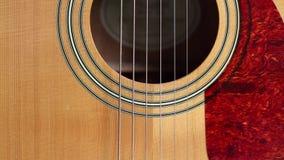 Akustikgitarre-Schallloch und Auswahl stock video footage