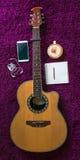 Akustikgitarre, Smartphone, Tasse Kaffee und leeres Notizbuch Lizenzfreies Stockfoto