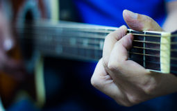 Akustikgitarre-Spielen Lizenzfreies Stockbild