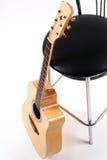Akustikgitarre und ein Stuhl Lizenzfreie Stockfotografie