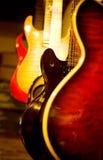 Akustikgitarre und elektrische Gitarren Stockbilder