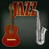 Akustikgitarre und Saxophon auf grauem Hintergrund Stockfoto