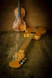 Akustikgitarre, Violine Lizenzfreies Stockfoto
