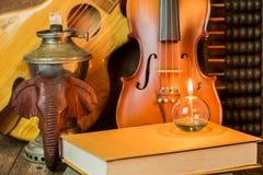 Akustikgitarre, Violine, Buch und Abakus Stockbild