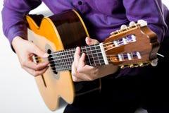 Akustikgitarregitarristmann klassisch stockbild