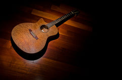 Akustische mahogony Gitarre unter einem Scheinwerfer Stockbild