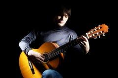 Akustisches Spielen der Gitarristmusiker-Gitarre. Lizenzfreies Stockfoto