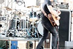 Akustisk gitarr för musikerlek på valsuppsättningbakgrund suddig im royaltyfri fotografi