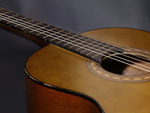 Akustisk gitarr för tappning arkivbilder