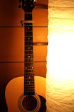 Akustisk gitarr i lampa arkivfoton